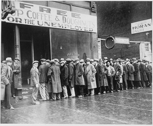 512px-unemployed_men_queued_outside_a_depression_soup_kitchen_opened_in_chicago_by_al_capone_02-1931_-_nara_-_541927-2